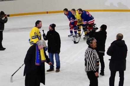 Den här bilden summererar nog rätt väl stämningen efter matchen. Foppa intervjuas av någon reporter, Salming med söner fotograferas, TV filmar och Ulf Elwing passerar förbi med micken i högsta hugg... Mycket uppmärksamhet på en gång i lilla Vaxholm.