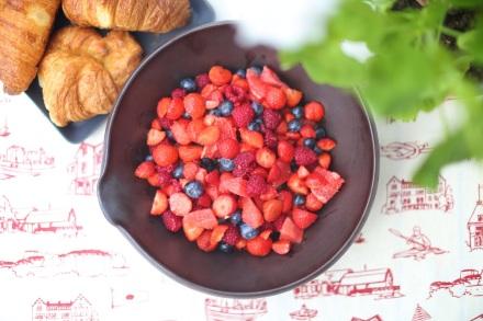 Frukostsallad på jordgubbar, hallon och blåbär