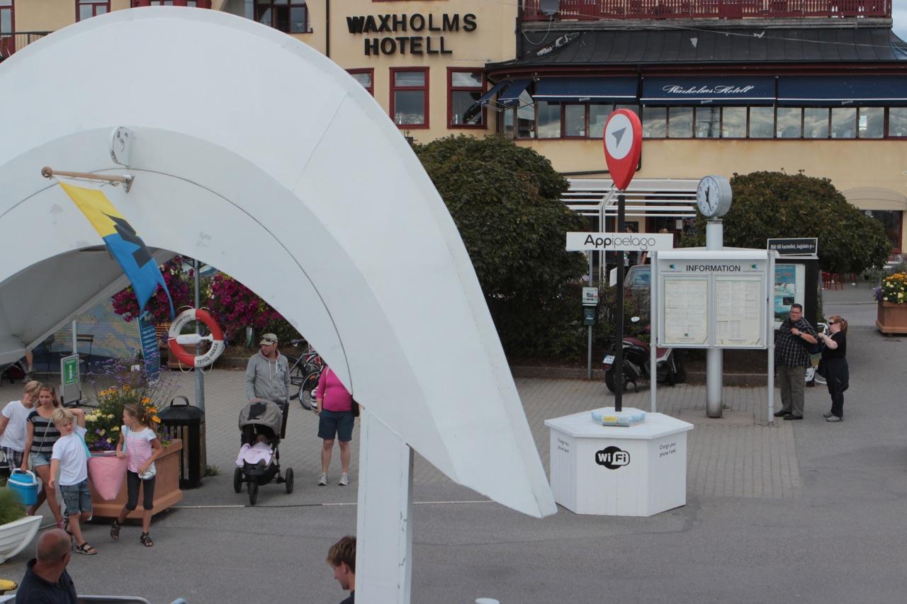 På kajen i Vaxholm tog laddningsstationen för Appipelago emot. Just för stunden var den tom, men jag vet att väldigt många gäster passat på att ladda sina mobiler och surfa lite där i sommar. Kul tycker jag!